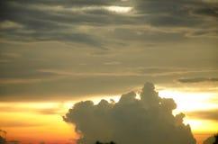Cielo de la vainilla con la nube gris Imágenes de archivo libres de regalías