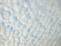Cielo de las nubes de la sol durante ma?ana fotografía de archivo