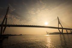 Cielo de levantamiento de Sun en el transporte y el moder importantes del puente del bhumiphol foto de archivo