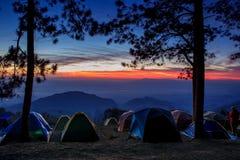 Cielo de levantamiento hermoso del paisaje y del sol con t que acampa que viaja imagenes de archivo