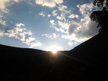 Cielo de los árboles de la montaña Fotos de archivo libres de regalías