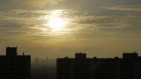 Cielo de oro de la mañana en ciudad metrajes
