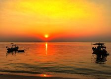 Cielo de oro del shage en el mar foto de archivo