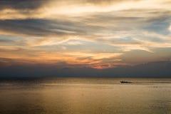 Cielo de oro sobre el mar imagen de archivo libre de regalías