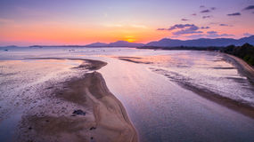 Cielo de oro sobre el río en el mar Fotografía de archivo libre de regalías