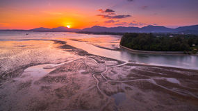 Cielo de oro sobre el río en el mar Foto de archivo