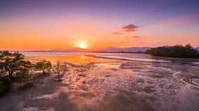 Cielo de oro sobre el río en el mar Fotos de archivo libres de regalías