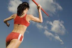 Cielo de Throwing Javelin Against del atleta de sexo femenino Fotografía de archivo libre de regalías