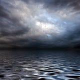 Cielo de Torm sobre superficie del agua Imágenes de archivo libres de regalías
