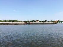 cielo del agua del buque de carga del río foto de archivo