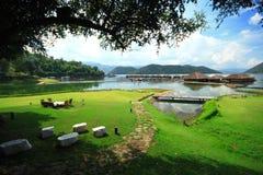 Cielo del centro turístico de la balsa de la orilla del campo de hierba verde Fotografía de archivo libre de regalías
