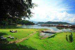 Cielo del centro turístico de la balsa de la orilla del campo de hierba verde Imágenes de archivo libres de regalías