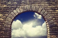 Cielo del fondo que mira a través de una ventana vieja del ladrillo Imágenes de archivo libres de regalías