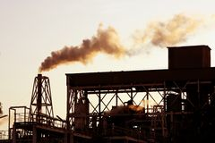 Cielo del humo de la industria petroquímica del contraluz fotografía de archivo libre de regalías