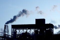 Cielo del humo de la industria petroquímica del contraluz imagen de archivo libre de regalías
