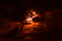 Cielo del incendio fuera de control con las nubes negras y rojas ahumadas, vagos abstractos de la naturaleza Fotografía de archivo libre de regalías
