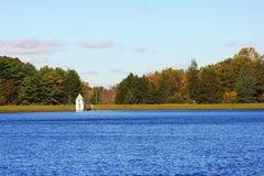 Cielo del mar del paisaje con la pequeña torre Imágenes de archivo libres de regalías