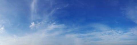 Cielo del panorama con la nube en un día soleado foto de archivo libre de regalías