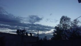 Cielo della città bluastro fotografia stock