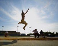 Cielo della donna di salto in lungo Fotografia Stock Libera da Diritti