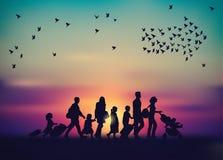Cielo della famiglia di emigrazione e siluetta degli uccelli illustrazione di stock