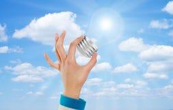 Cielo della lampadina della mano Fotografia Stock Libera da Diritti