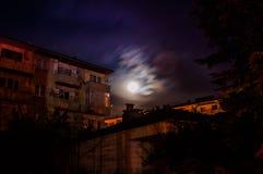 Cielo della luna piena fra le costruzioni Immagine Stock Libera da Diritti