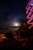 Cielo della luna piena fra le costruzioni Fotografia Stock