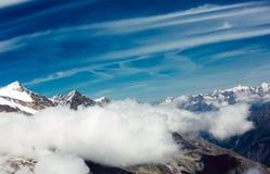 Cielo della montagna della neve Immagine Stock