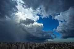 Cielo della pioggia persistente molto nella città di Sao Paulo, Brasile Sudamerica fotografie stock