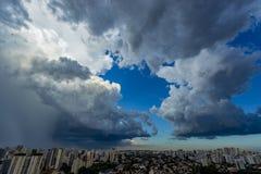 Cielo della pioggia persistente molto nella città di Sao Paulo, Brasile Sudamerica immagine stock libera da diritti