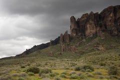 Cielo della tempesta che si forma sopra la montagna di superstizione, parco di stato perso dell'olandese, Arizona fotografia stock libera da diritti