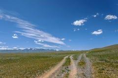 Cielo delle montagne della steppa della ghiaia della strada Fotografia Stock