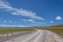 Cielo delle montagne della steppa della ghiaia della strada Fotografie Stock