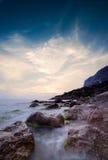 Cielo después de la puesta del sol sobre el cabo rocoso Ayia Imágenes de archivo libres de regalías