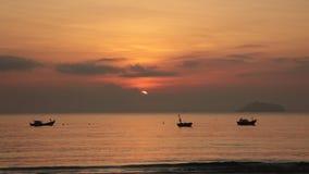 Cielo di alba con i pescherecci stock footage