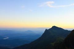 Cielo di Coloful sopra la montagna al tramonto Immagine Stock Libera da Diritti
