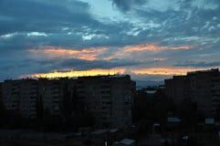 Cielo di Colorfull in città Abovyan Immagini Stock