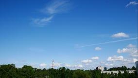 Cielo di lasso di tempo di tramonto e centrale elettrica commovente Lettonia 4K delle nuvole stock footage