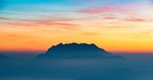 Cielo di mattina con il fondo della montagna Immagine Stock