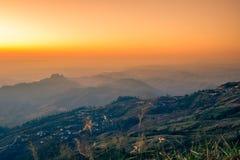 Cielo di mattina, nebbia sottile e catene montuose veduti da Phu Tubberg, provincia di Petchabun, Tailandia Fotografia Stock