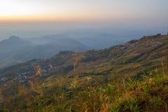 Cielo di mattina, nebbia sottile e catene montuose veduti da Phu Tubberg, provincia di Petchabun, Tailandia Immagini Stock