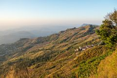 Cielo di mattina, nebbia sottile e catene montuose veduti da Phu Tubberg, provincia di Petchabun, Tailandia Fotografie Stock Libere da Diritti