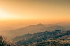 Cielo di mattina, nebbia sottile e catene montuose veduti da Phu Tubberg, provincia di Petchabun, Tailandia Immagini Stock Libere da Diritti
