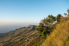 Cielo di mattina, nebbia sottile e catene montuose veduti da Phu Tubberg, provincia di Petchabun, Tailandia Immagine Stock Libera da Diritti