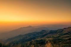 Cielo di mattina, nebbia sottile e catene montuose veduti da Phu Tubberg, provincia di Petchabun, Tailandia Fotografia Stock Libera da Diritti