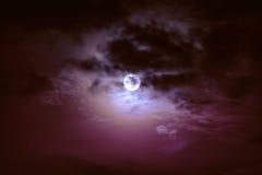 Cielo di notte con le nuvole e la luna piena luminosa con brillante Immagine Stock
