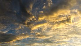 Cielo di panorama in pieno con le nuvole lanuginose e la luce solare Fotografia Stock