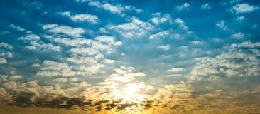 Cielo di panorama in pieno con le nuvole lanuginose e la luce solare Fotografie Stock