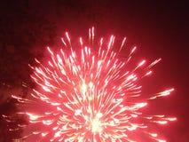 Cielo di rosso dei fuochi d'artificio Immagine Stock